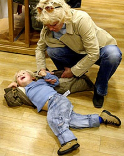 Ребенок год и три бьется головой