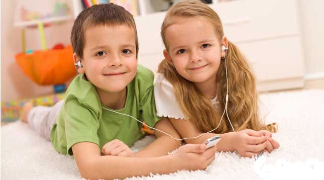 Сестра дала младшему братишке смотреть онлайн