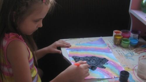 Ребёнок рисует чёрной краской
