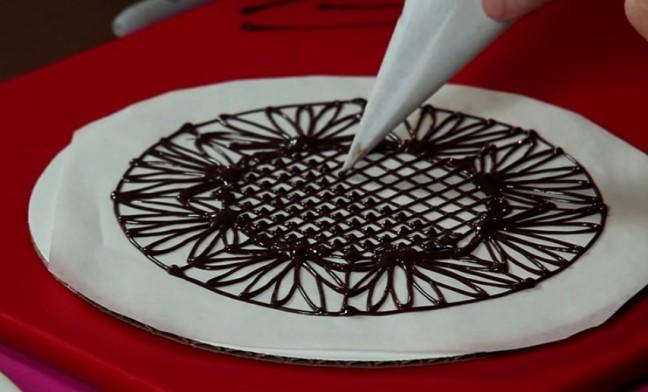 Как украсить торт шоколадной глазурью фото
