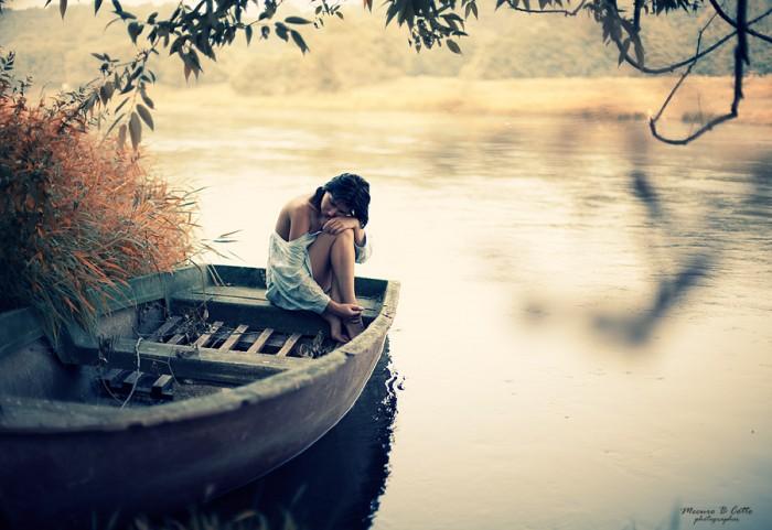 но ведь лодка плывет