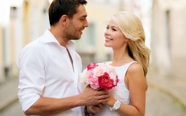 Картинки по запросу мужчина дарит в чайные розы женщине