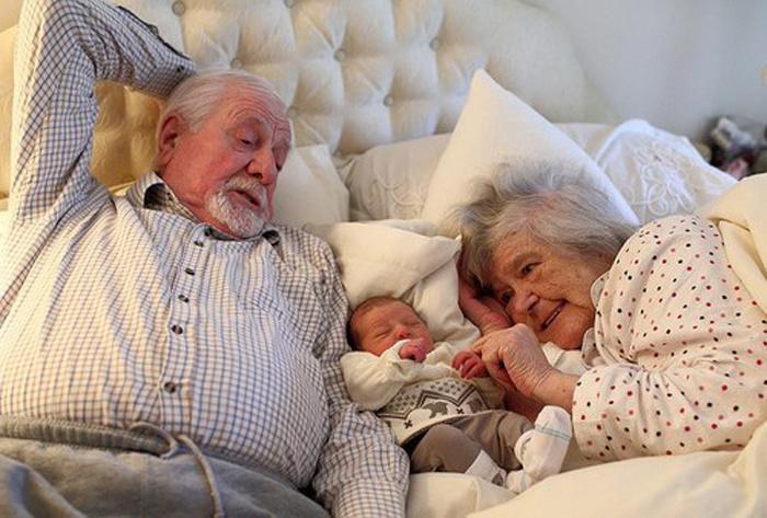 Внук подмывает бабушку