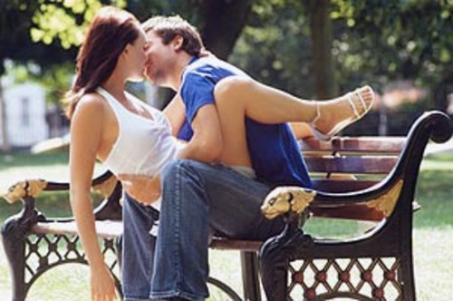 Секс в парке с мужем и его другом