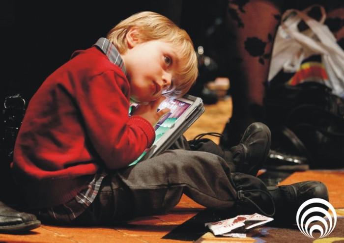 Диван и точка про подростков смотрящих в телефон или планшет
