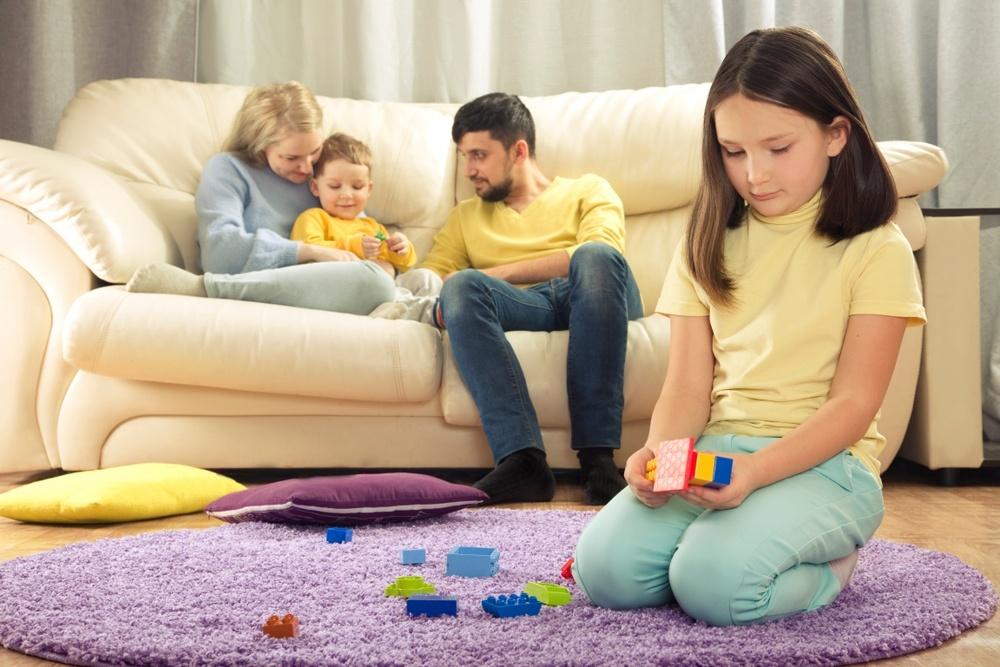Материнское предубеждение к дочери и непредвзятая симпатия к сыну Разная родительская проявленность